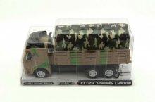 Armádní nákladní auto s korbou a vojenskou plac...
