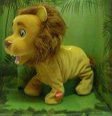 Lev interaktivní zvukový z plyše kterého lze vy...